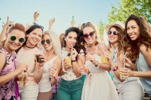 パーティを楽しむ女性たち