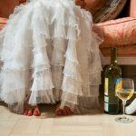 ドレスを着てソファに腰を下ろす女性